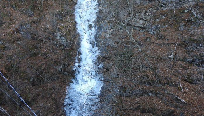 本日の三頭大滝の凍結状況です。